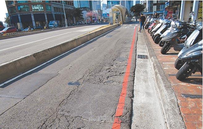台灣大道機慢車道因路面龜裂、不平,危及機車族的行車安全。(台中市政府提供/陳世宗台中傳真)