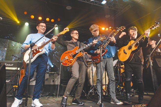 陳子鴻(左起)、羅大佑、王治平及黃國倫昨同台尬彈吉他。(因為愛琴提供)