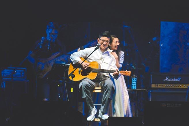 戴佩妮(右)昨與恩師陳子鴻同台獻唱。(因為愛琴提供)