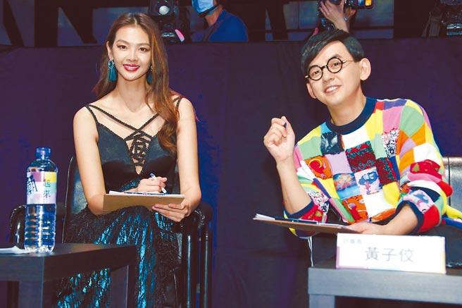 林嘉綺(左)、黃子佼昨現身高雄,擔任「青時尚大賞─大港潮起來」評審。(高雄市政府青年局提供)