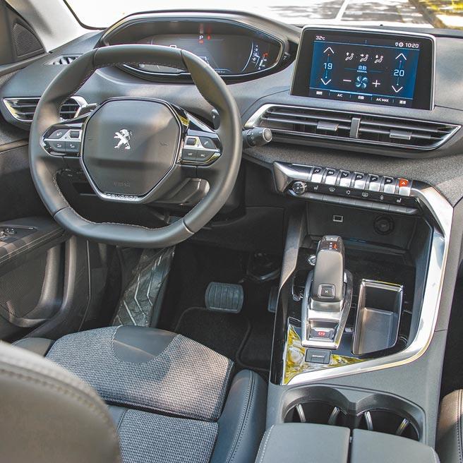 12.3吋全數位化抬頭顯示儀表板、8吋電容式觸控音響系統等,營造出直覺式駕駛導向操作介面,是3008儀表控台一大特色。(陳大任攝)