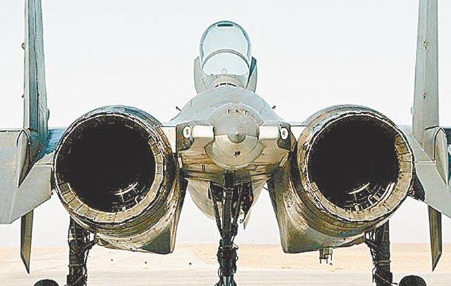 裝備舊式太行引擎的殲-11B採用雙層魚鱗尾噴管。(取自新華網)