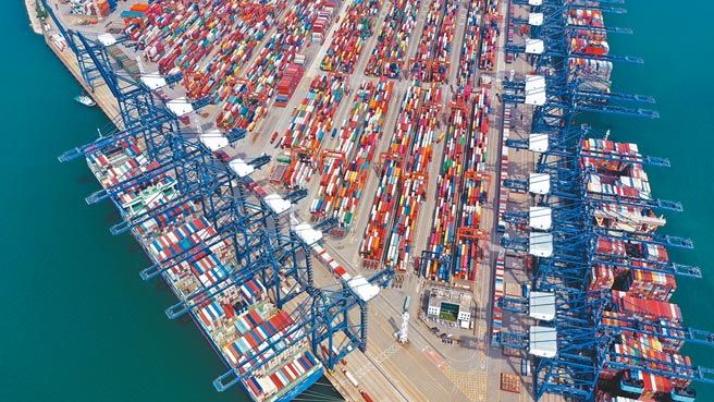 深圳鹽田國際貨櫃碼頭,多艘大型遠洋貨輪進出港口。(中新社資料照片)