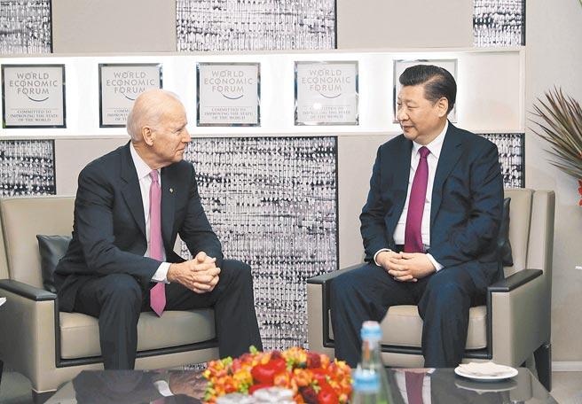 2017年1月17日,大陸國家主席習近平(右)在瑞士達沃斯會見時任美國副總統拜登。(新華社)