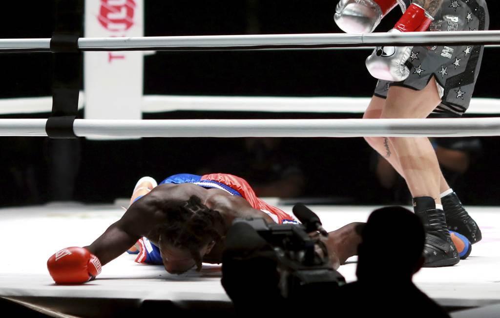 奈特羅賓生被對手傑克保羅打倒在地。羅賓生遭到許多NBA球員嘲笑,包括前隊友柯瑞。(美聯社資料照)