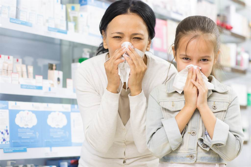 鼻涕一定要吸出來嗎?醫師表示,強求「把鼻涕吸乾淨」是很不實際的做法,尤其對小小孩使用吸鼻器時,過度抽吸更糟糕。(示意圖/Shutterstock)