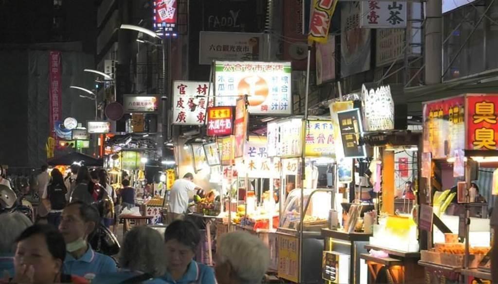 高雄六合夜市推「辦桌免費吃」在地人排隊全氣炸。(圖/本報資料照,游定剛攝)