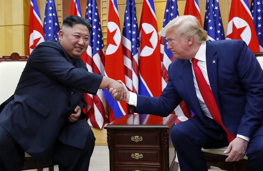金正恩(左)傳已接種陸製新冠疫苗。圖為去年他在板門店與美國總統川普會談。(新華社資料照片)