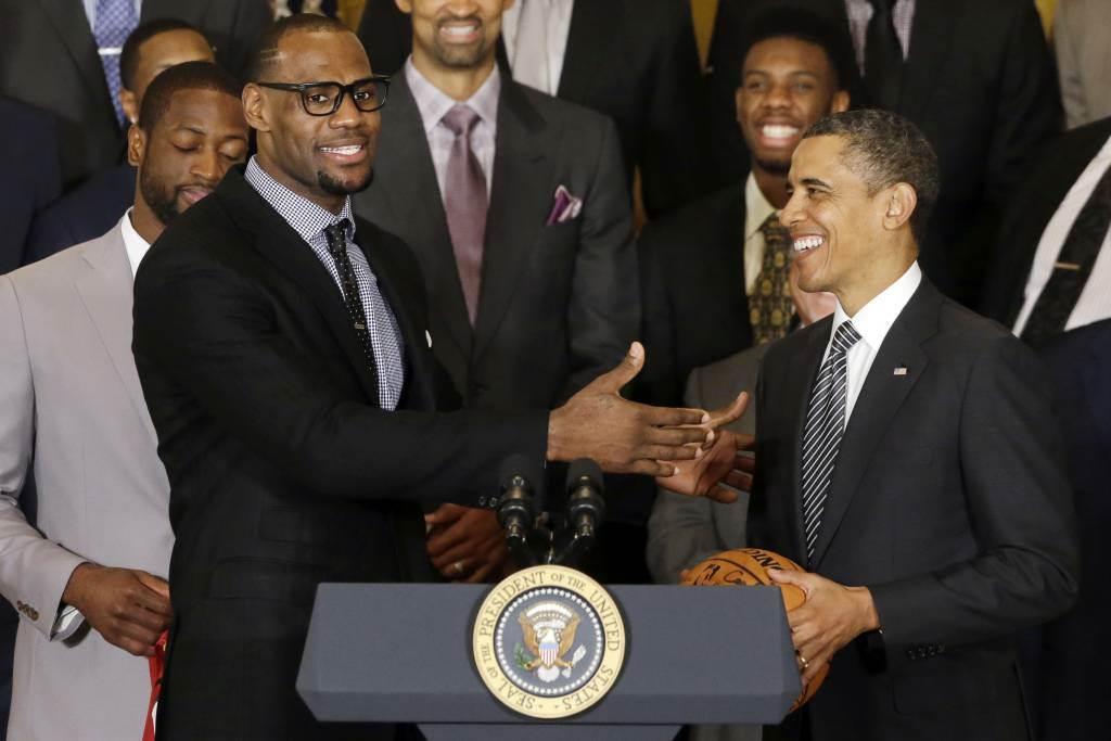 詹姆斯(左)在前美國總統歐巴馬(右)任期內拿了3次NBA總冠軍。(美聯社資料照)