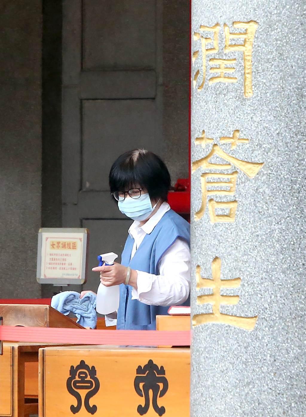 宮廟工作人員加強消毒。(趙雙傑攝)