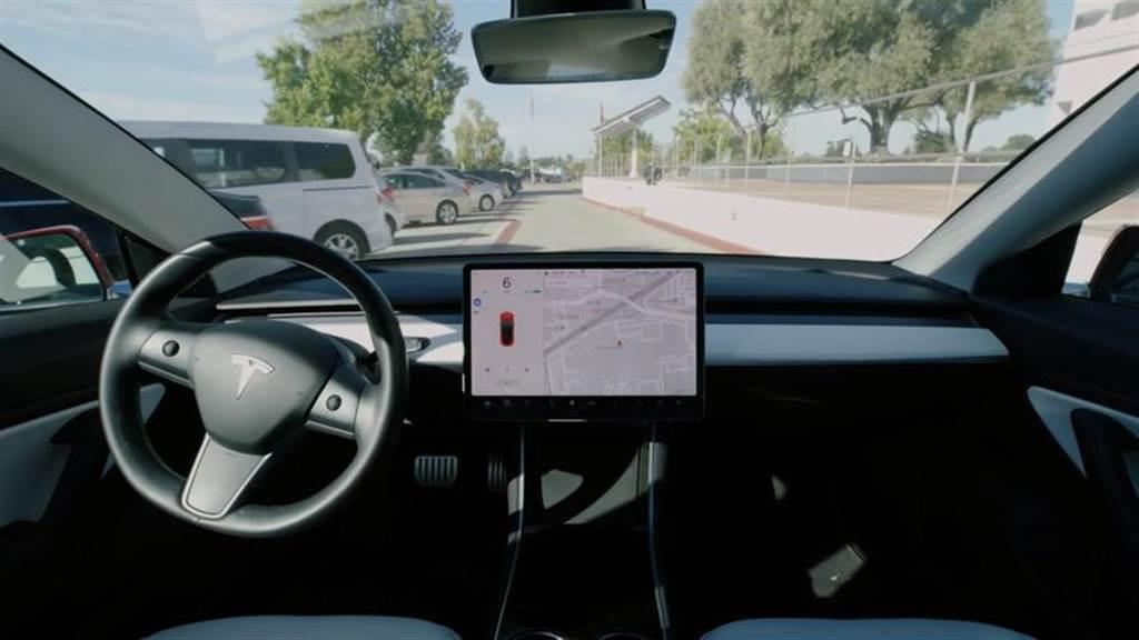 特斯拉設計首席爆內幕:Model X 曾考慮過滑門版本?Model 3 極簡內裝是為了自動駕駛!