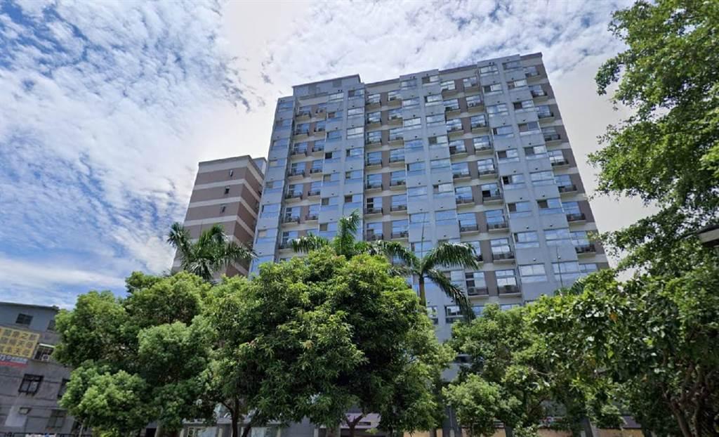 天母知名高價工業宅「萬象之都」,今年又見近單價百萬的交易戶。(翻攝自Google街景)