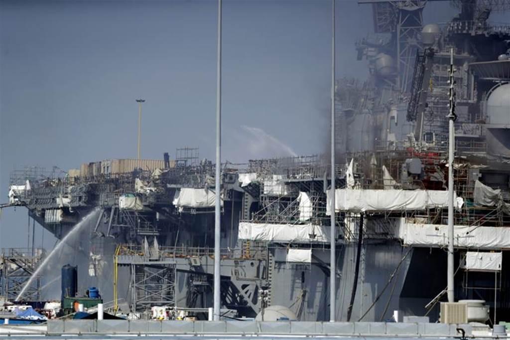 兩棲攻擊艦「好人理查」號因疑遭縱火受創慘重,修復所費不貲,美國海軍11月30日宣布,將讓它除役。(美聯社)