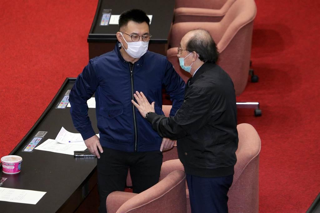 民進黨立院黨團總召柯建銘(右)與國民黨立委江啟臣(左)在議場內交談討論。(黃世麒攝)