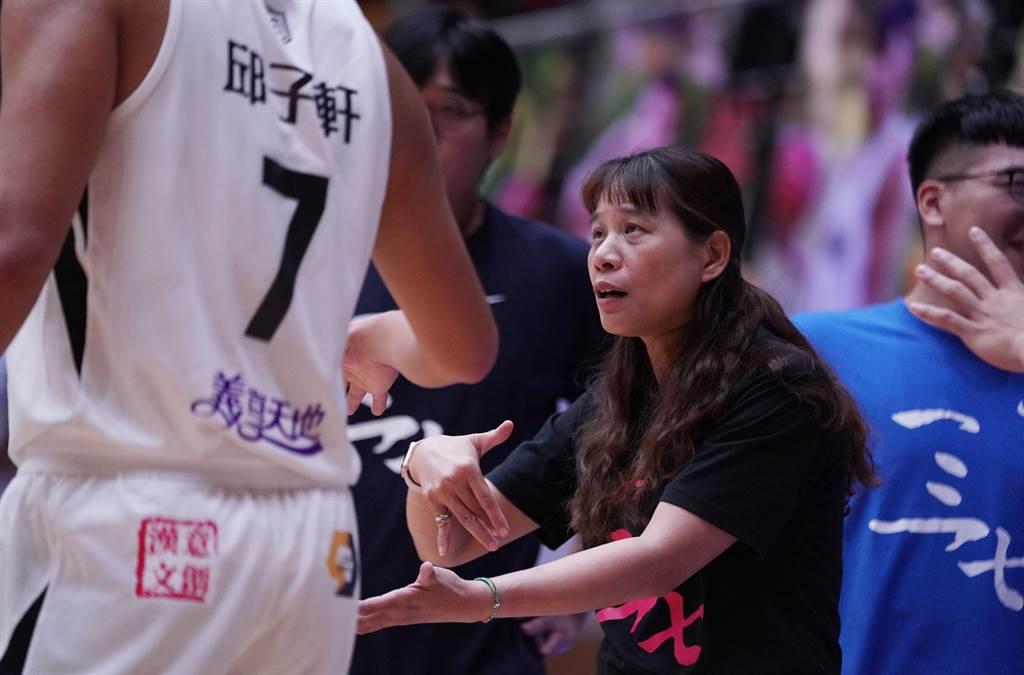義守大學總教練謝玉娟提醒球員。(大專體總提供)