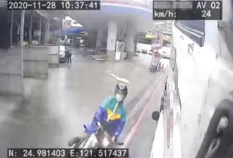 三寶片曝光!騎士雨天鑽縫自摔 貨車司機嚇到褲子溼一包