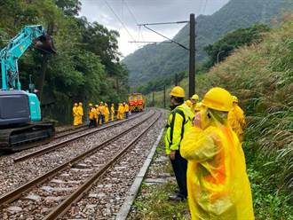 台鐵瑞芳-猴硐邊坡滑動 封線搶修預計明恢復通車
