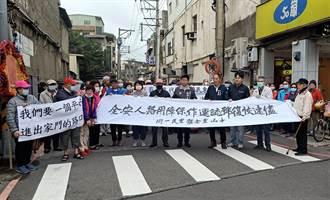 龍潭巷口號誌僅尖峰時段運作 居民拉布條怒吼:行人安全被無視