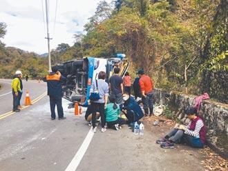 肇事駕駛交通違規達82件 聲稱煞車失靈 奧萬大遊覽車翻覆 釀1死20傷