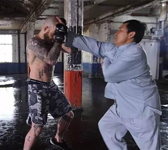 馬保國自製的網路視頻,與一位外籍搏擊手對打,被稱作是自導自演的騙局。(圖/網路視頻截圖)