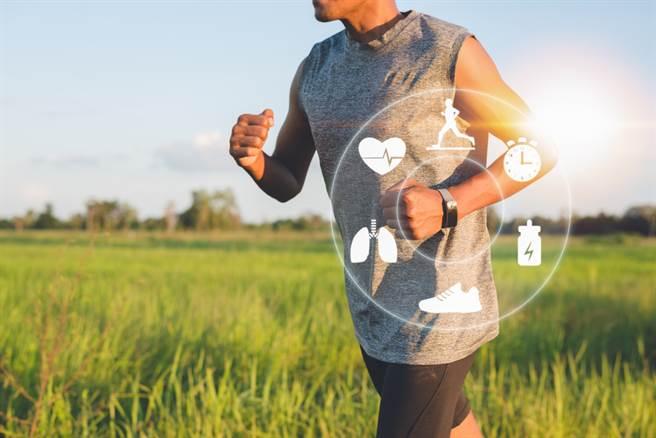 人生剛過青壯年,就容易感覺疲倦、身體小毛病不斷?可能是更年期的種種徵兆,男性女性都會遇到這些問題,做好健康管理,才能安度更年期。(示意圖/Shutterstock)