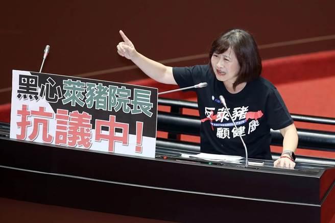 國民黨立委林奕華上台質詢行政院長蘇貞昌時,質疑萊豬進口沒有查廠、沒有強制標示就是謊言。(姚志平攝)