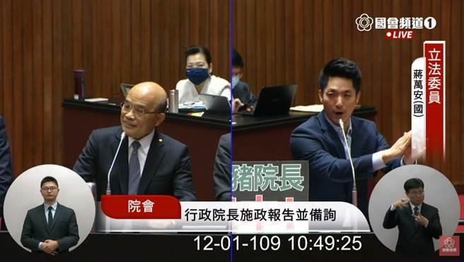 蔣萬安砲火猛攻,蘇貞昌(左)突轉頭微微一笑。(圖/立法院直播畫面)