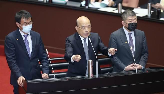 农委会主委陈吉仲(左起)、行政院长苏贞昌、卫福部长陈时中上台答询。(姚志平摄)