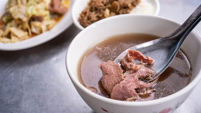 一位蔡姓男子前往羅東夜市的羊舖子當歸羊肉湯消費,因不滿店家不賣他半碗滷肉飯,竟暴氣砸店。(示意圖,非本新聞圖片/Shutterstock)