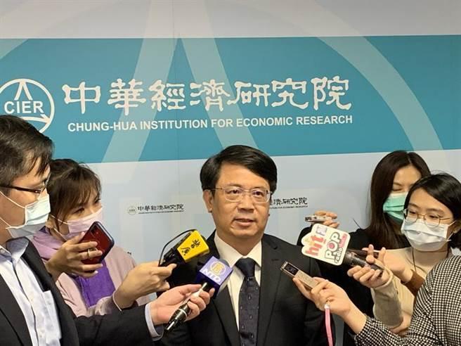 (中華經濟研究院長張傳章認為,11月臺灣採購經理人指數以些微數據創新高後,後續觀察需要謹慎。圖/陳碧芬)