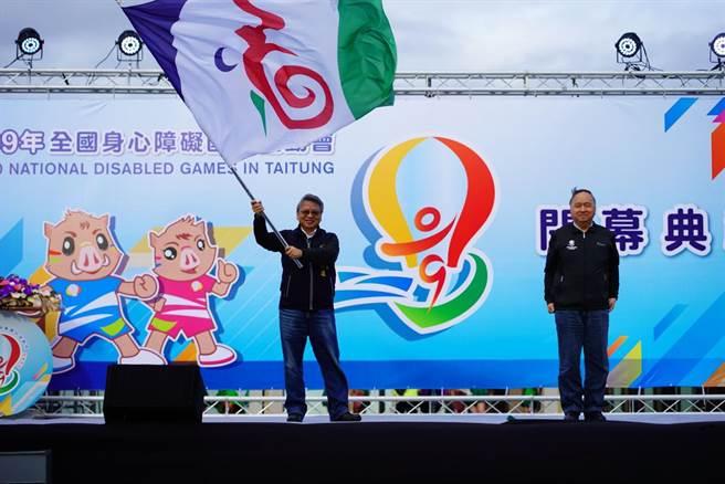 全國身心障礙國民運動會2022年將由台中接棒舉辦,副市長令狐榮達代表台中市接棒會旗。(盧金足攝)