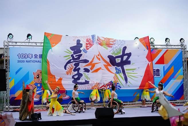 台中市承辦下屆全國身障運,輪椅舞蹈者搭配文華高中舞蹈班學生帶來「輪椅舞蹈」閉幕表演,讓觀禮民眾和身心障礙運動員感受生命之美及永不放棄的精神。(盧金足攝)