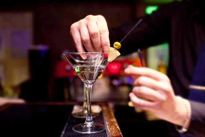 一位酒店小姐在工作時誤食安眠藥,醒來後發覺遭男客人性侵。(示意圖,分本新聞圖片/Shutterstock)