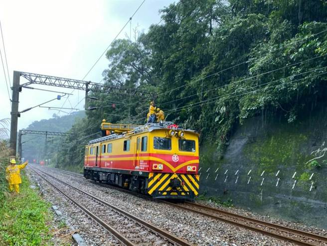 台鐵瑞芳-猴硐路段邊坡滑動,封鎖西正線緊急搶修。(翻攝照片/陳彩玲新北傳真)