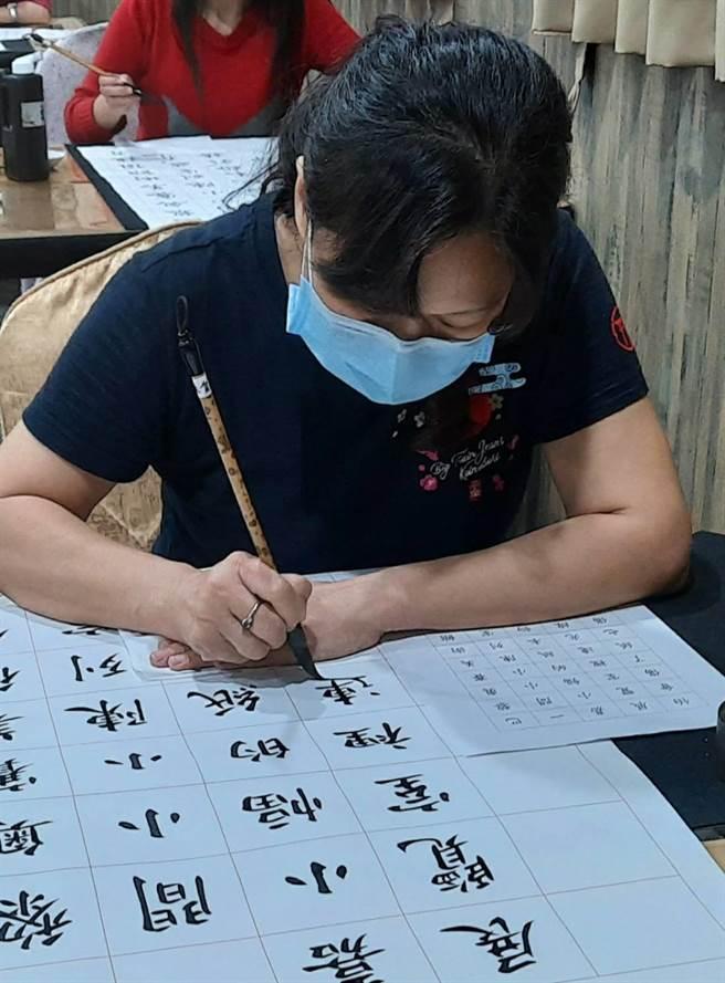 台中市梧棲區大德國小教師方翠禪苦練書法十年有成,獲得2020年全國國語文競賽寫字教師組特優。(王文吉攝)