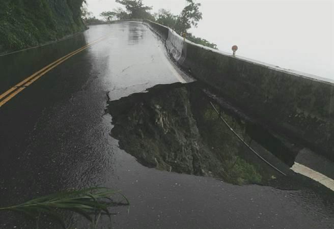 台9丁(蘇花公路)經連日雨勢沖刷,38.9公里處路基大面積流失,出現天坑,可直接看到太平洋。(照片來源:《台灣即時報》)