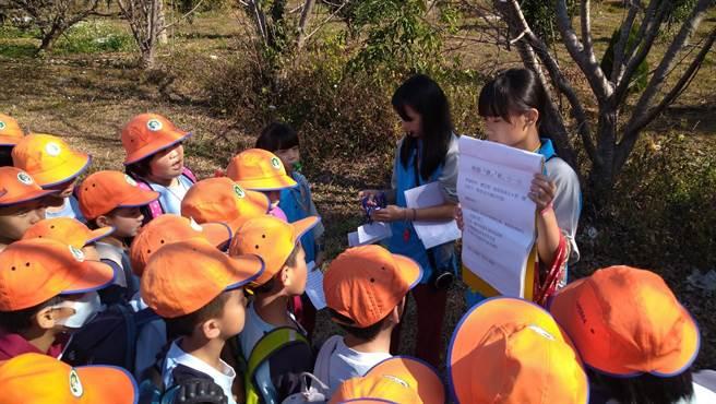 戶外教育「柑橘路線」學生關主設計在地特色闖關活動。(翁子國小提供/王文吉台中傳真)