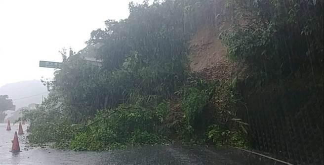連日大雨,蘇花公路2.7公里處土石坍塌,阻斷道路。(照片來源:《台灣即時報》)
