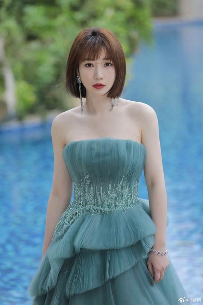柳岩穿一套淺綠色平口抹胸禮服展現氣質。(圖/摘自微博@柳岩)