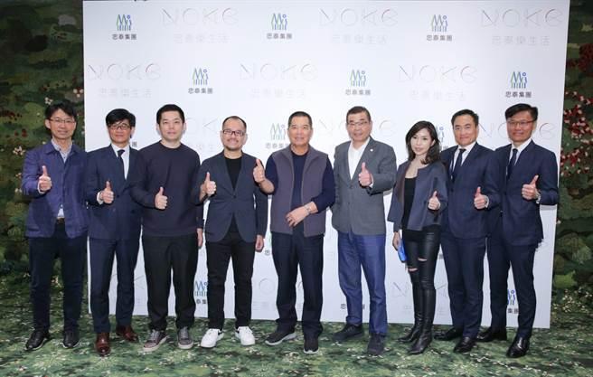 忠泰集團董事長李忠義(左5)和副董事長李彥良(左4)今(1日)與團隊一起揭示NOKE忠泰樂生活2022年春季開幕。(吳松翰攝)