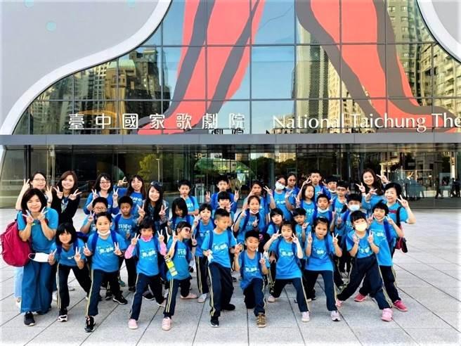 精銳建設行程安排參訪東海大學路思義教堂及台中國家歌劇院,讓小朋友親炙藝術地標。(盧金足攝)