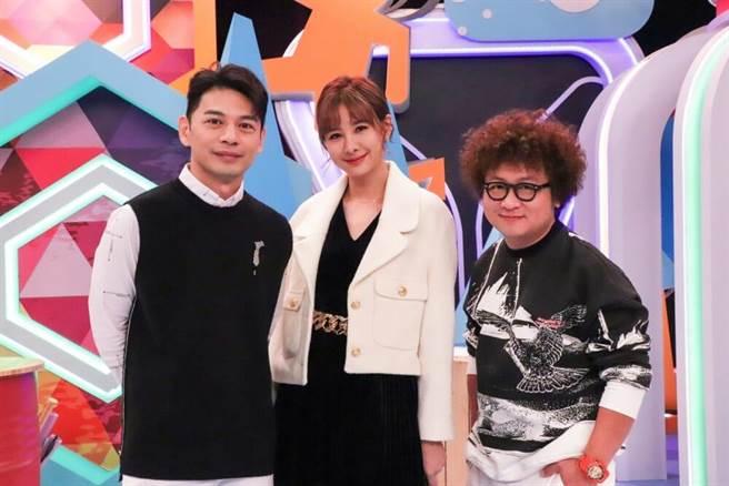 阿Ken(左起)、安心亞與納豆主持《同學來了》。(中天綜合台提供)