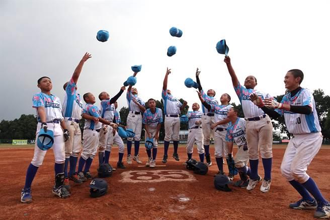 龜山國小在徐生明盃完成4連霸,小球員開心拋帽子慶賀。(毛琬婷攝)