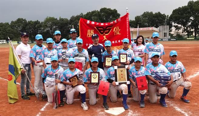 龜山國小完成徐生明盃4連霸,同時也是賽史第5度奪冠。(毛琬婷攝)