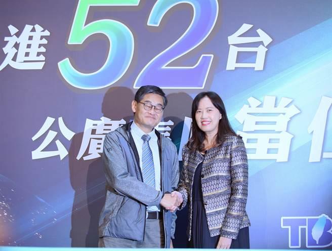 華視總經理莊豐嘉(左)和公視代總經理徐秋華(右)宣布公視及華視共組專案小組,爭取入駐52台。(陳怡誠攝)