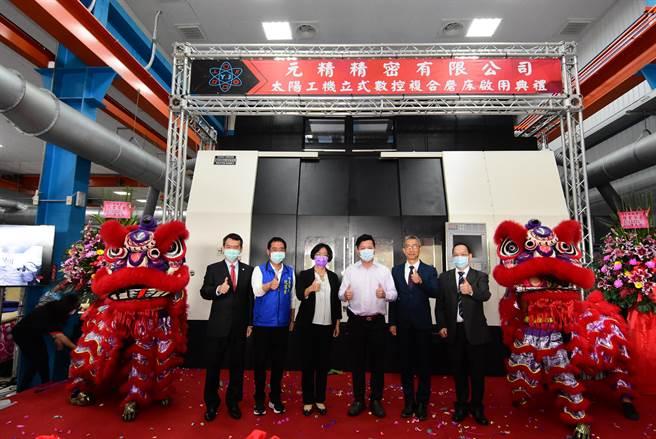 元精總經理許祥啟(右三)表示,雖然新冠疫情影響進出口,但公司迄今沒有放到無薪假,利用接單清閒期間,加強員工教育訓練。(謝瓊雲攝)