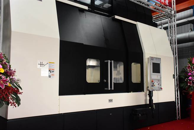 全新的2.5米立式磨床機台由日本太陽工機打造,並有日籍工程師隨機來台組立測試;未來將可加工研磨符合海上風機需求的大型軸承零組件。(謝瓊雲攝)