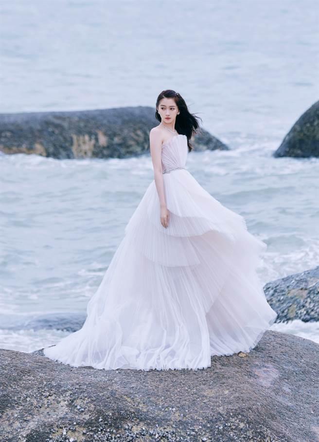 關曉彤穿上一套珍珠白浪花裙,讓她舉手投足都充滿仙女氣質。(圖/摘自微博@关晓彤工作室)
