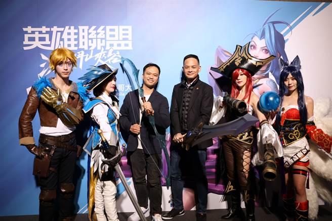台灣大哥大總經理林之晨(右三)與Riot Games東南亞區總經理Justin Hulog(左三)。(台灣大哥大提供/黃慧雯台北傳真)