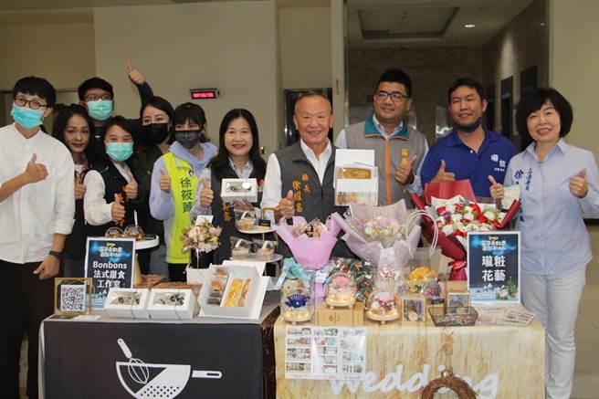 苗栗縣政府首次舉辦耶誕晚會,將以白色耶誕為主題,1日啟動系列活動,並宣傳青年店家特色產品。(何冠嫻攝)